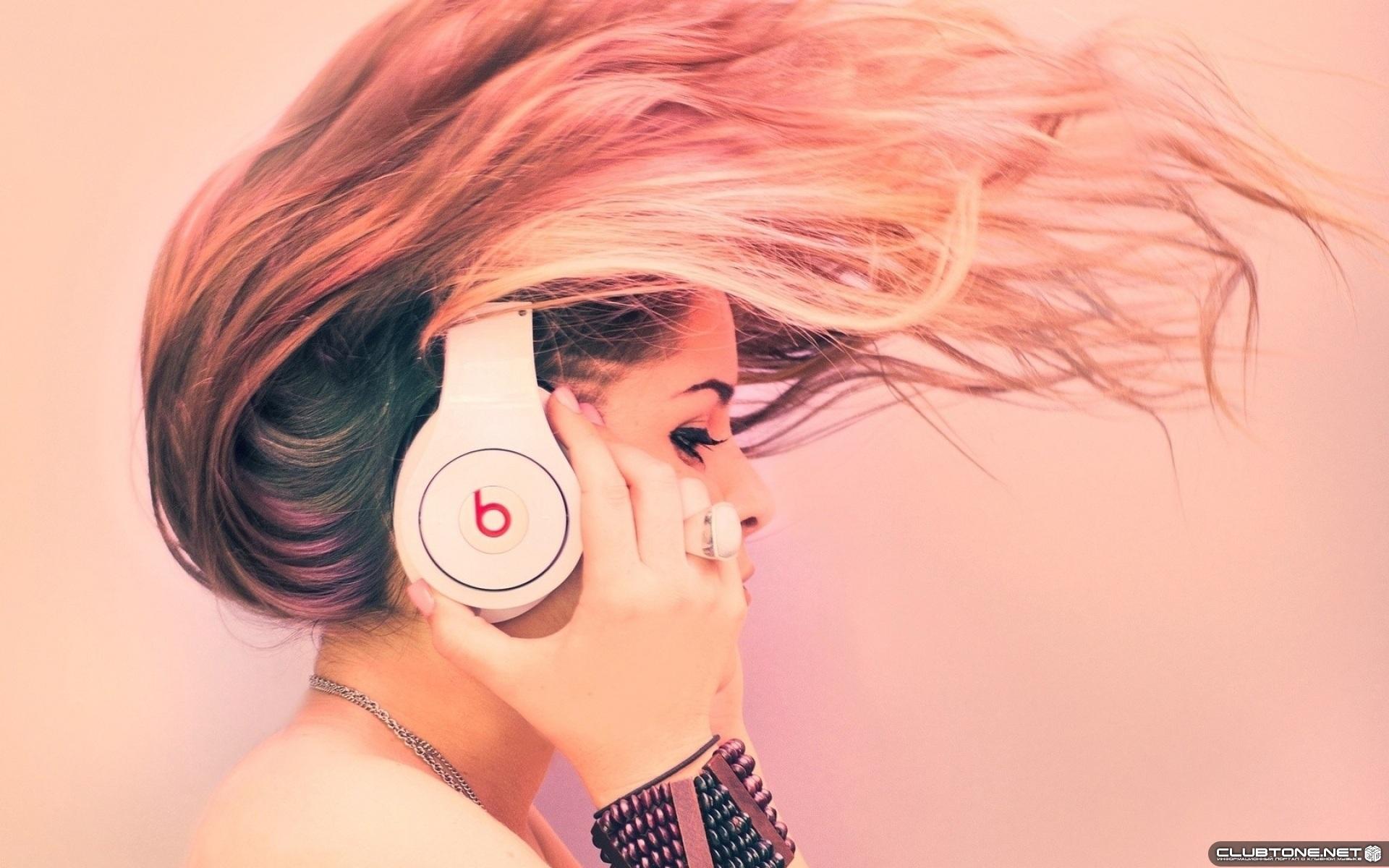У девушки волосы дыбом от музыки