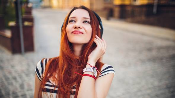 redhead listening to music предпросмотр