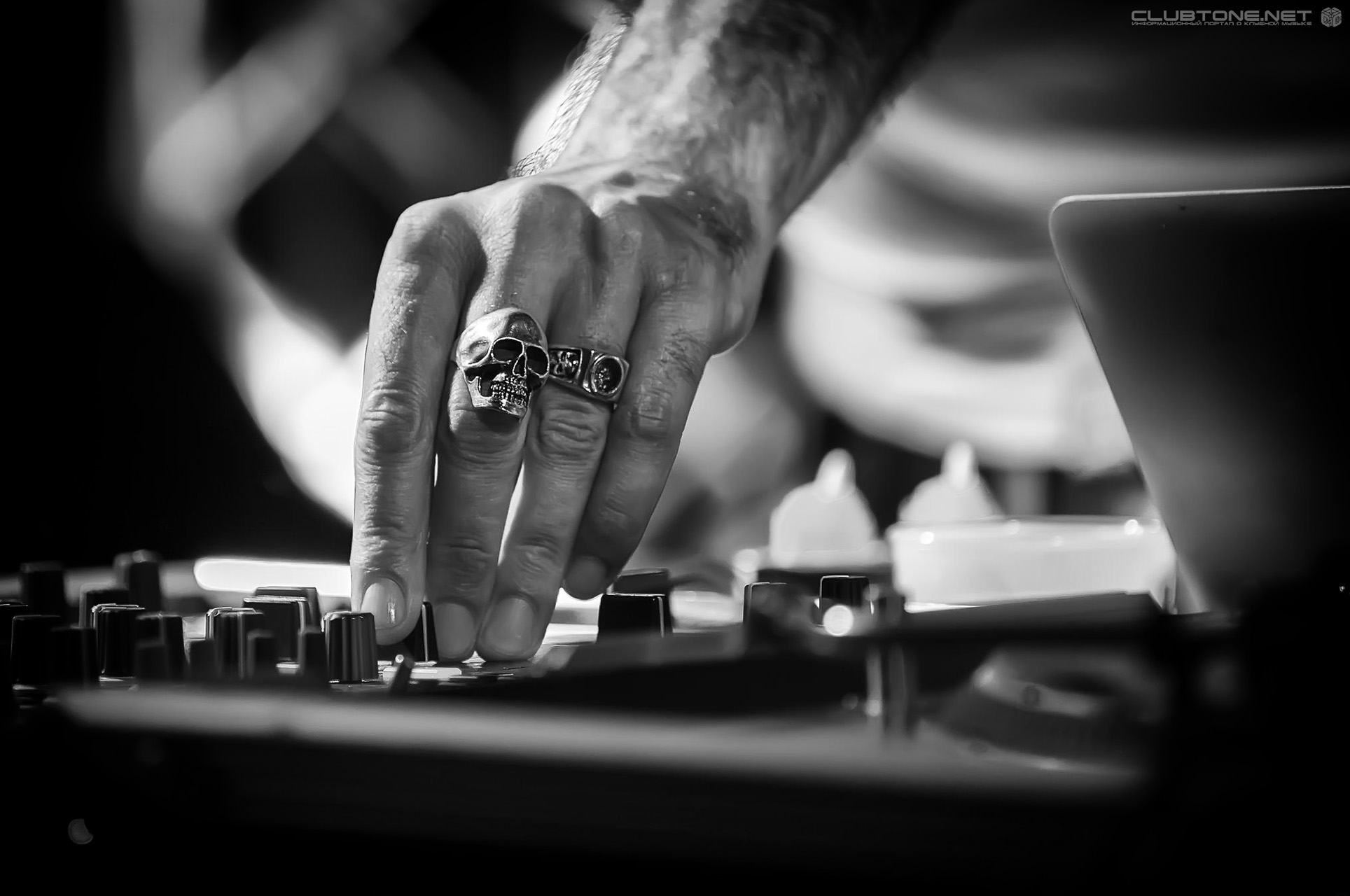 dj ring with skull